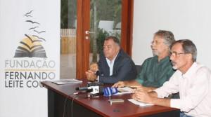 Irmãos Couto noticiando a inauguração da Fundação Fernando Couto, em Maputo.